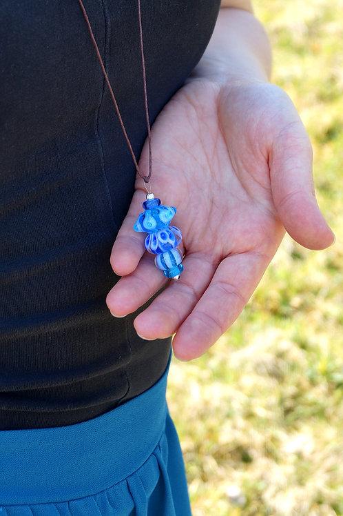 Verspielter Anhänger blau auf langer Kette