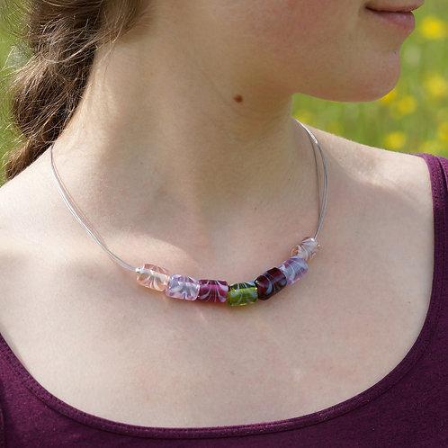 Collier violett und grün mit walzenförmigen Perlen