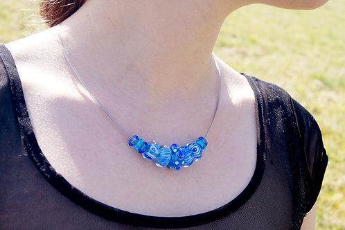 Collier mit blau gemusterten Perlen
