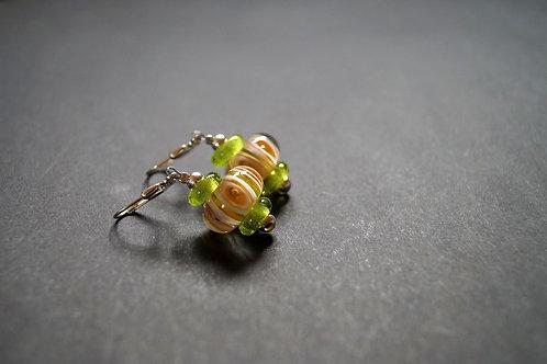 Ohrhänger grün-honigfarben gemustert