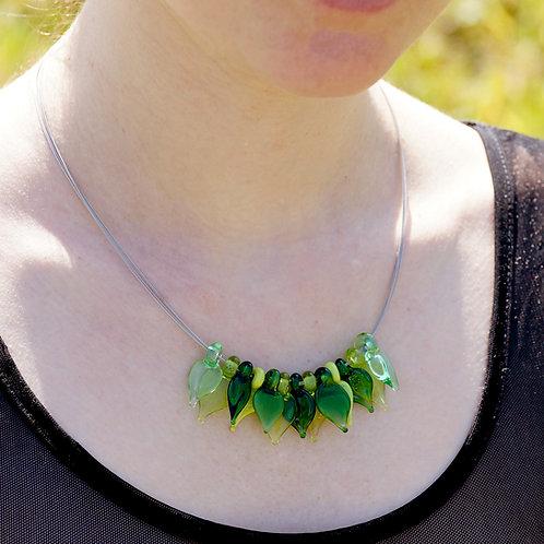 Collier mit grünen Blättern