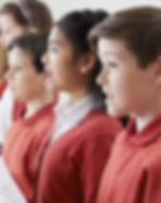 合唱団で歌う子供たち