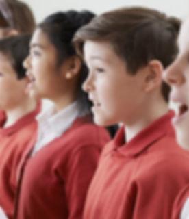 Crianças cantando em um coro