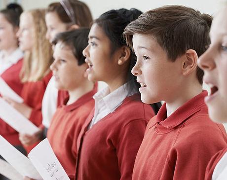 Niños cantando en un coro