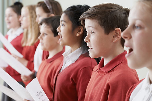 Enfants chantant dans une chorale