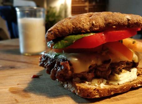 Fuldkorns-burger med ost, avocado og hvidløgscreme