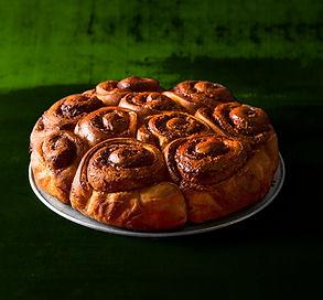 Švenčių belaukiant: dalintis sukurtas cinamoninių bandelių pyragas