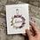 Thumbnail: Mini Ghirlanda decorativa con dettagli floreali, campanelli i e cartoncino