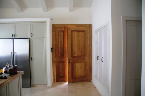 דלת הכניסה והמטבח