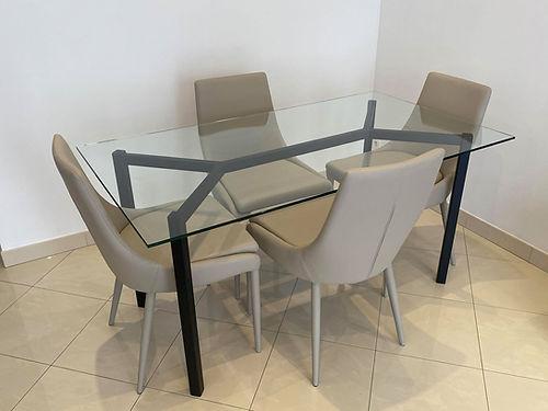 table en acier avec un plateau en verre trempé
