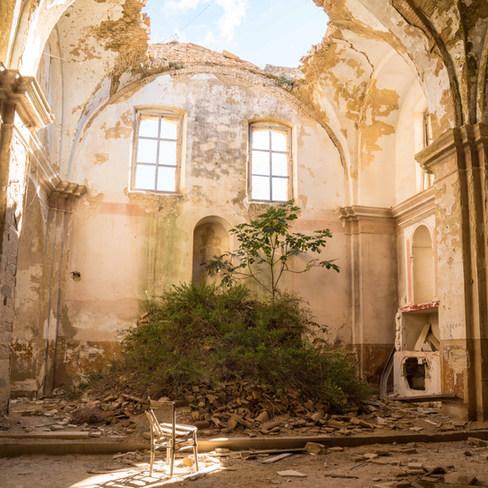 Au coeur de la ville fantôme, toute la splendeur de cette église abandonnée datant du XIV ème siècle.