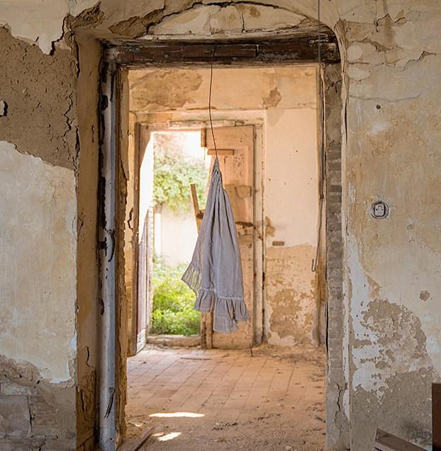 Atmosphère dans la demeure abandonnée.