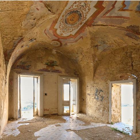 Les fresques médievales s'effacent peu à peu dans le Palais nobiliaire. Italie.