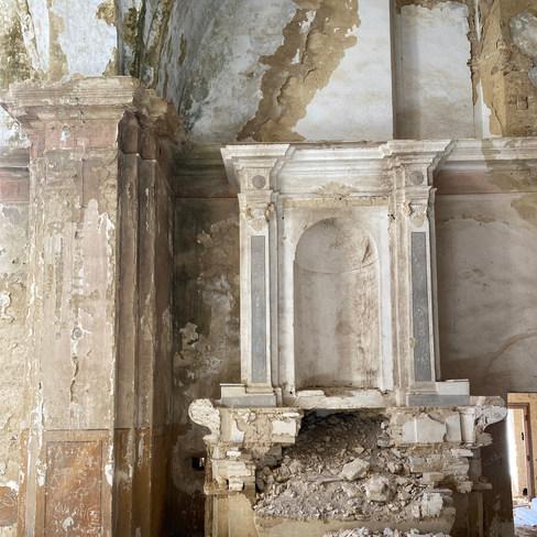 Niche d'église abandonnée au coeur de la cité médievale du VIII ème siècle. Italie. Octobre 2020.