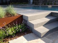 Contour de piscine, escalier de pierre
