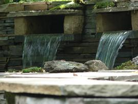 Bassin d'eau et muret de pierre