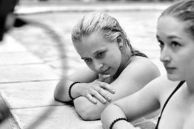 Elise - Film von Moritz Boll. Maren Kraus, Carolin Dietich im Pool
