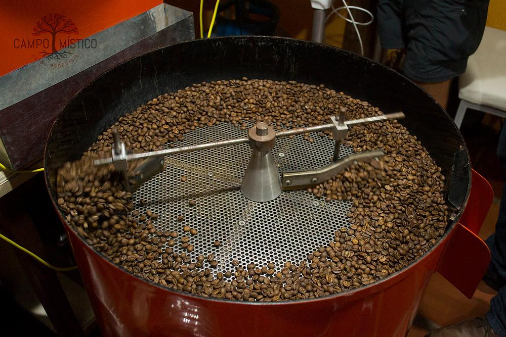 Torrador do Campo Místico torrando café