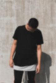 uomo tshirt nera occhiali da sole
