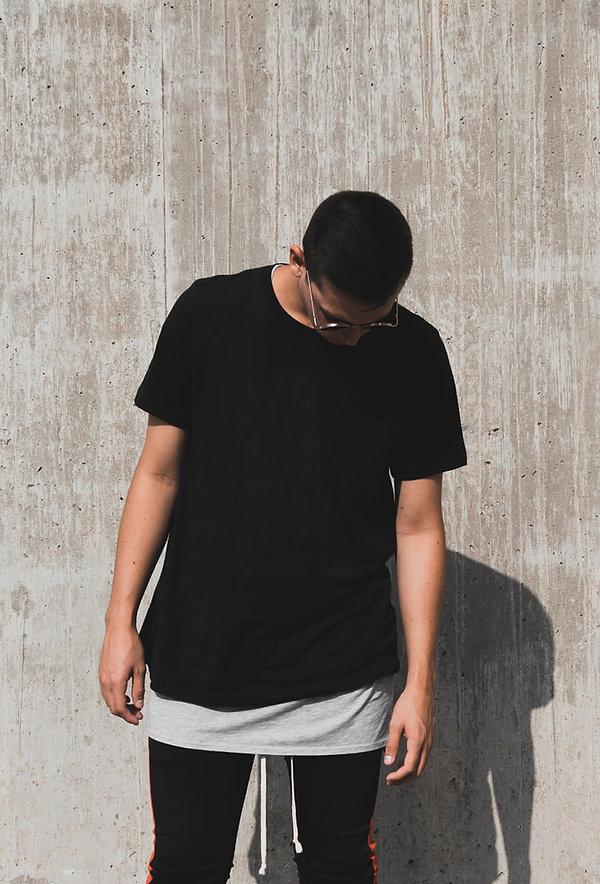 uomo con maglietta nera da personalizzare