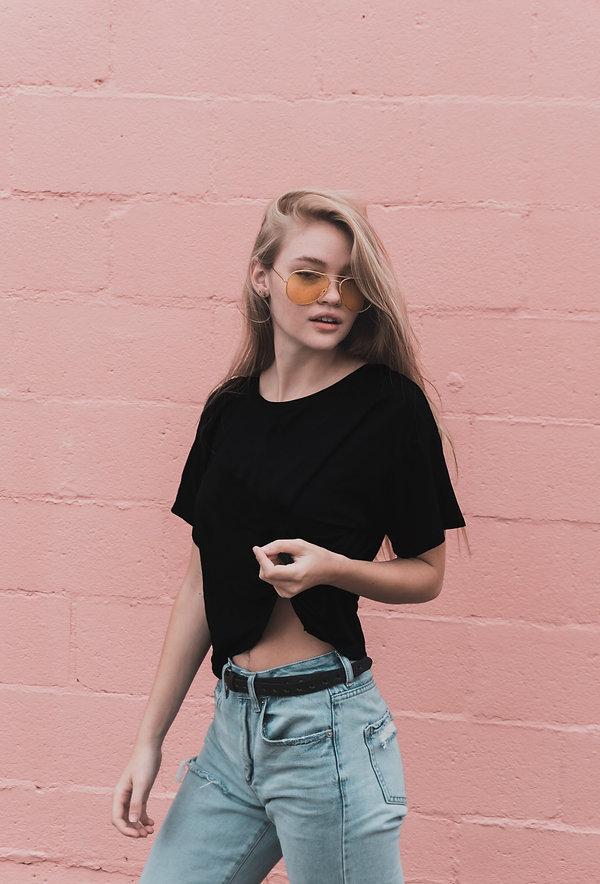 donna con maglietta nera shop