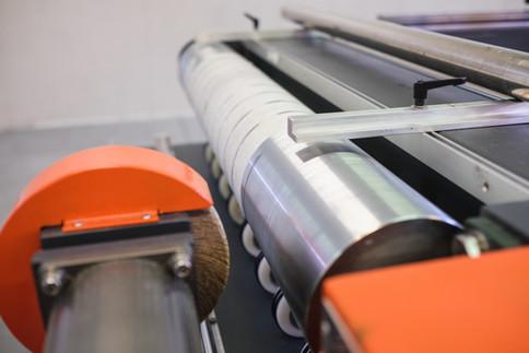 Stroj na opracovanie dopravnych, pohonovych a zubovych pasov