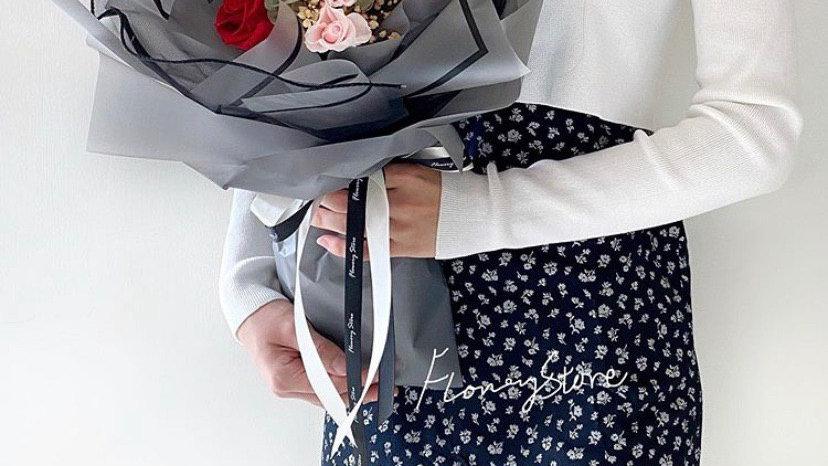 經典紅玫瑰灰色花束