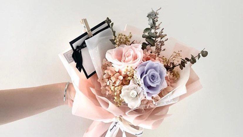 淡粉紫玫瑰花束