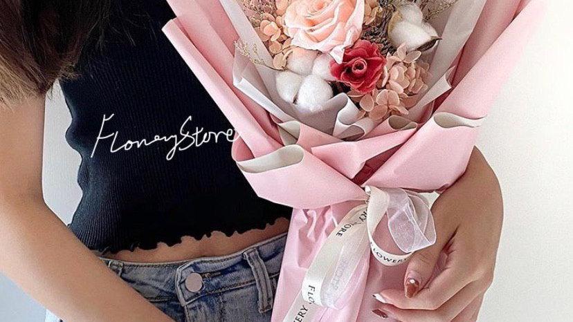 少女粉紅花束