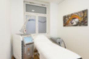 Behandlungsraum Laserzentrum Dr. Wiesner.jpg