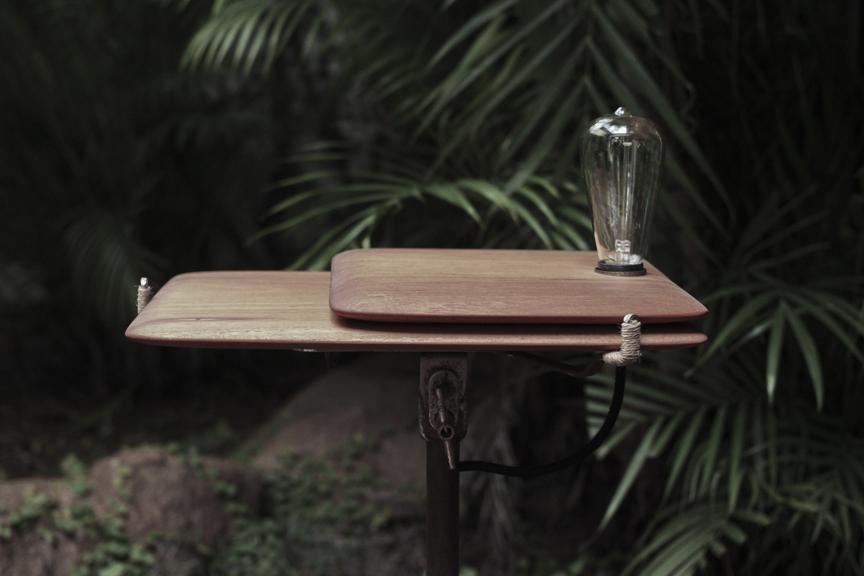 Mesa tábua e luminária