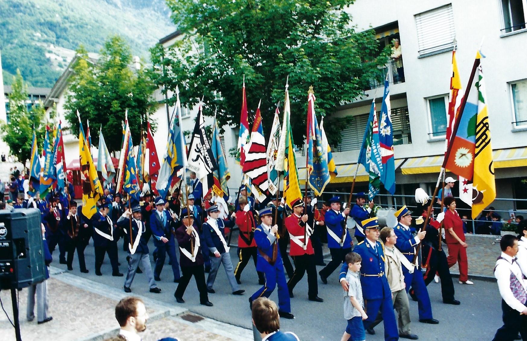 Le défilé des drapeaux lors du festival en 2001