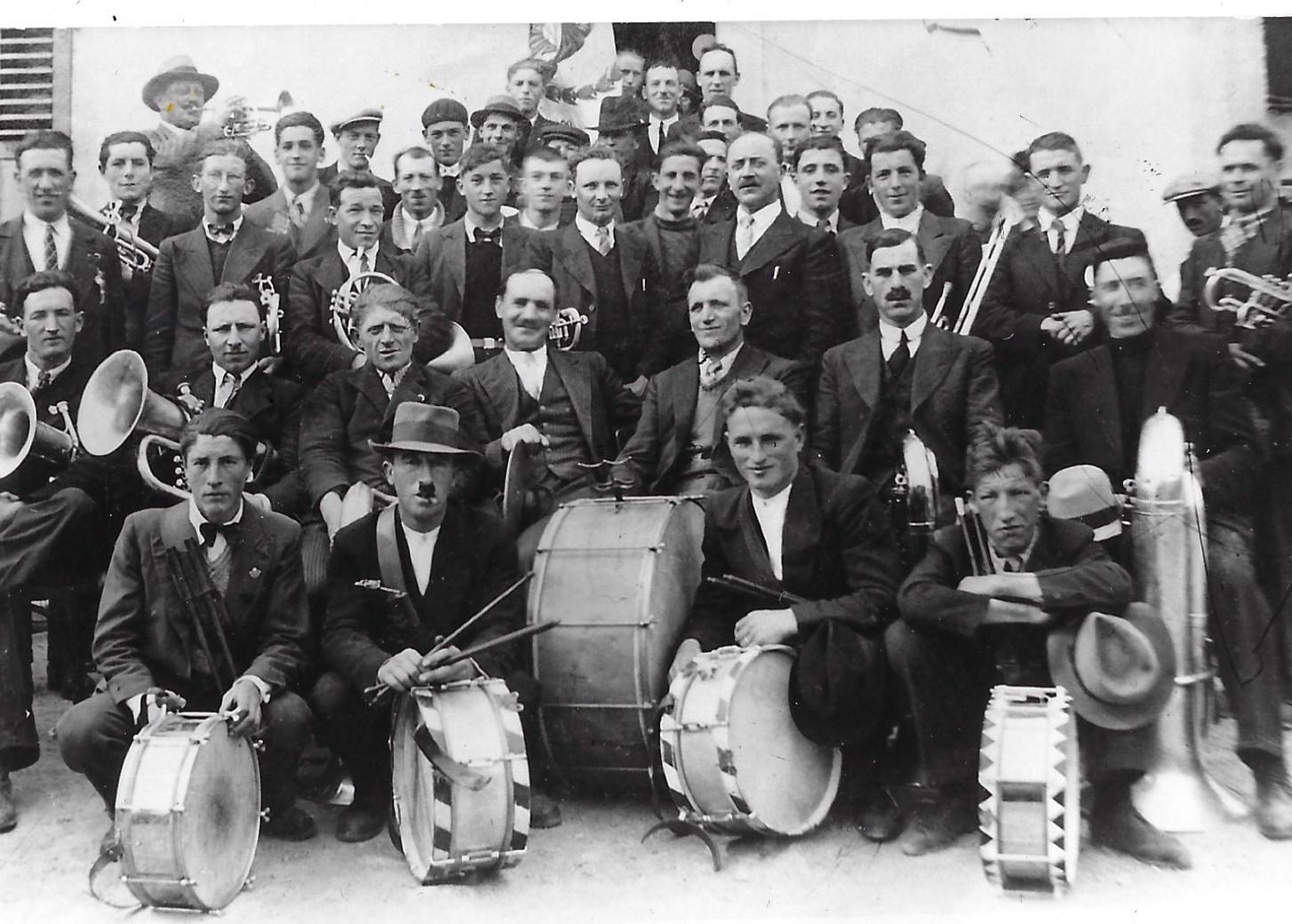 Musiciens de la fanfare l'Avenir devant le Café des Vignerons en 1937