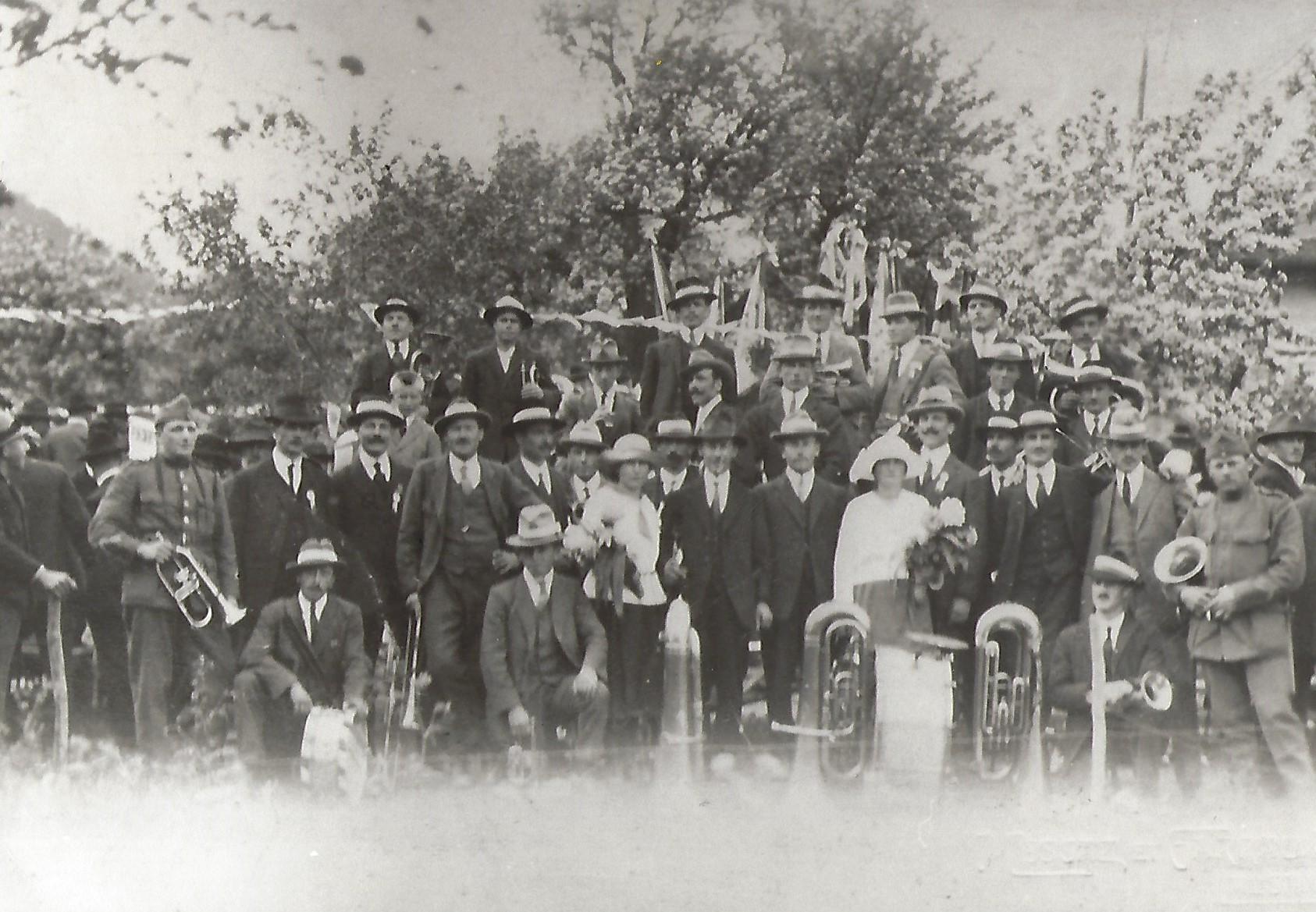 La Fanfare l'Avenir en 1924, posant fièrement avec ses chapeaux de paille
