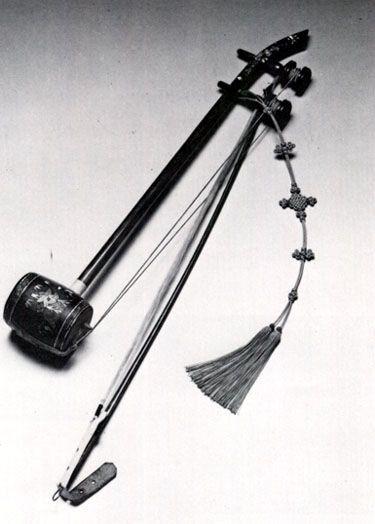 Como podemos ver, ele é bem similar ao Erhu (instrumento tradicional chinês).