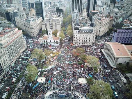 Los Movimientos Populares estuvieron presentes en una plaza colmada en rechazo al gobierno y el FMI