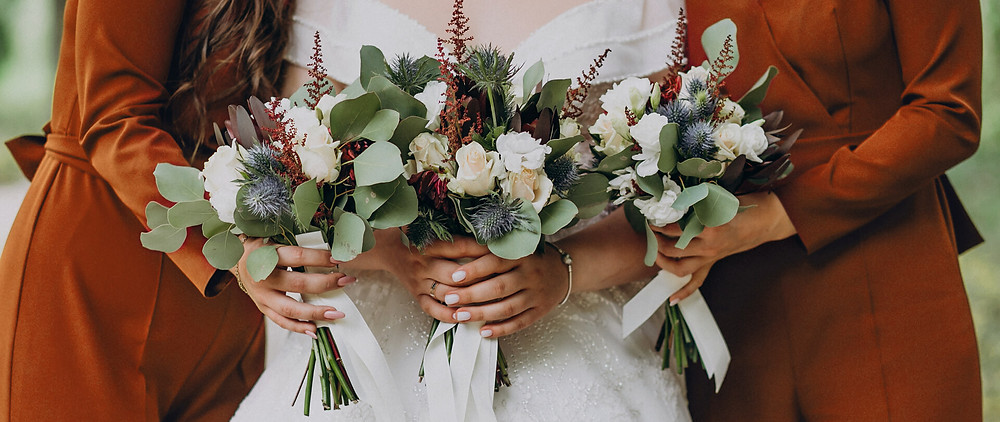 Fall colored bouquets and bridesmaids dresses