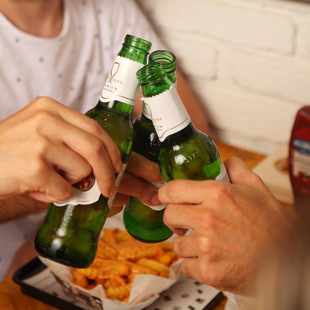 Pessoas brindando com cerveja