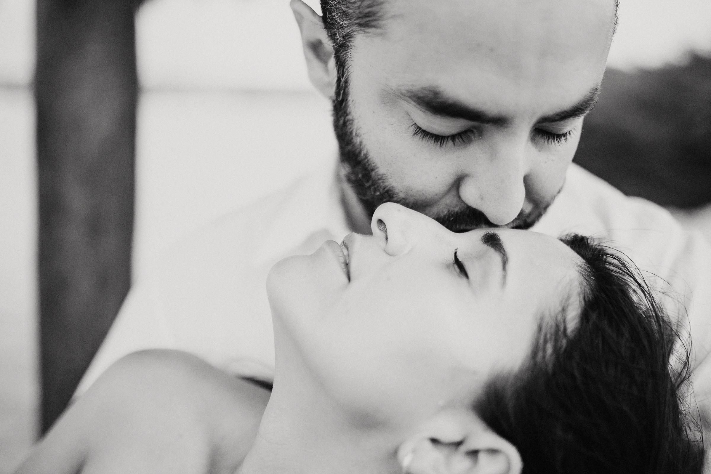 love novios kiss cozumel photographer