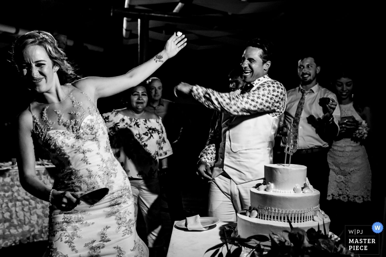 wedding cake bride groom playa del carmen photographer alan fresnel