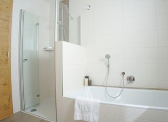 BERG: Badezimmer mit Dusche und Badewanne