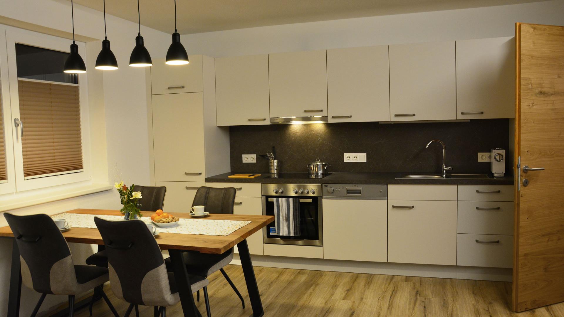 BLUAMEN: Küchenzeile mit Esstisch