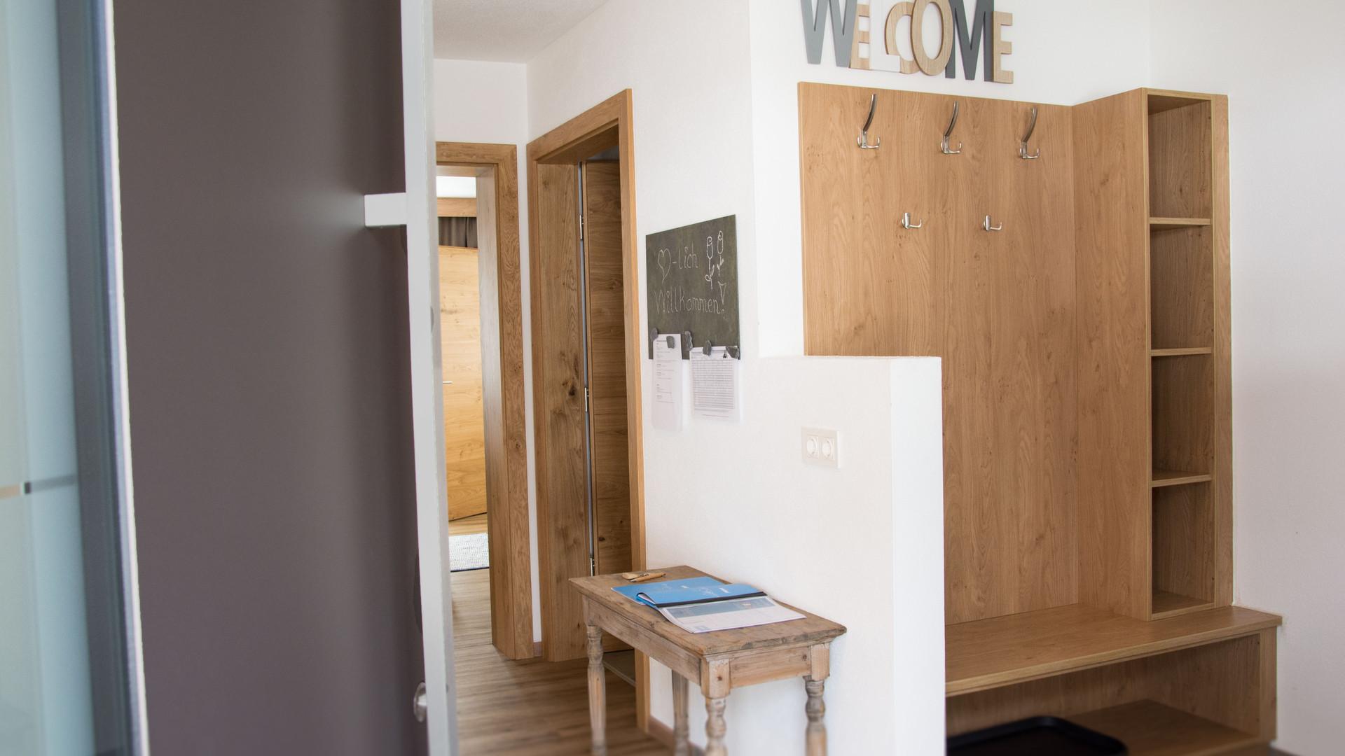 BLUAMEN: Eingangsbereich mit Garderobe