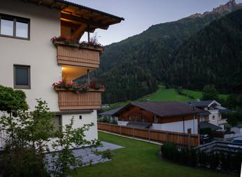 BLUAMEN: Terrasse mit Garten