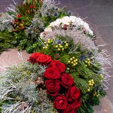 Trauerkranz Streifen mit roten Rosen