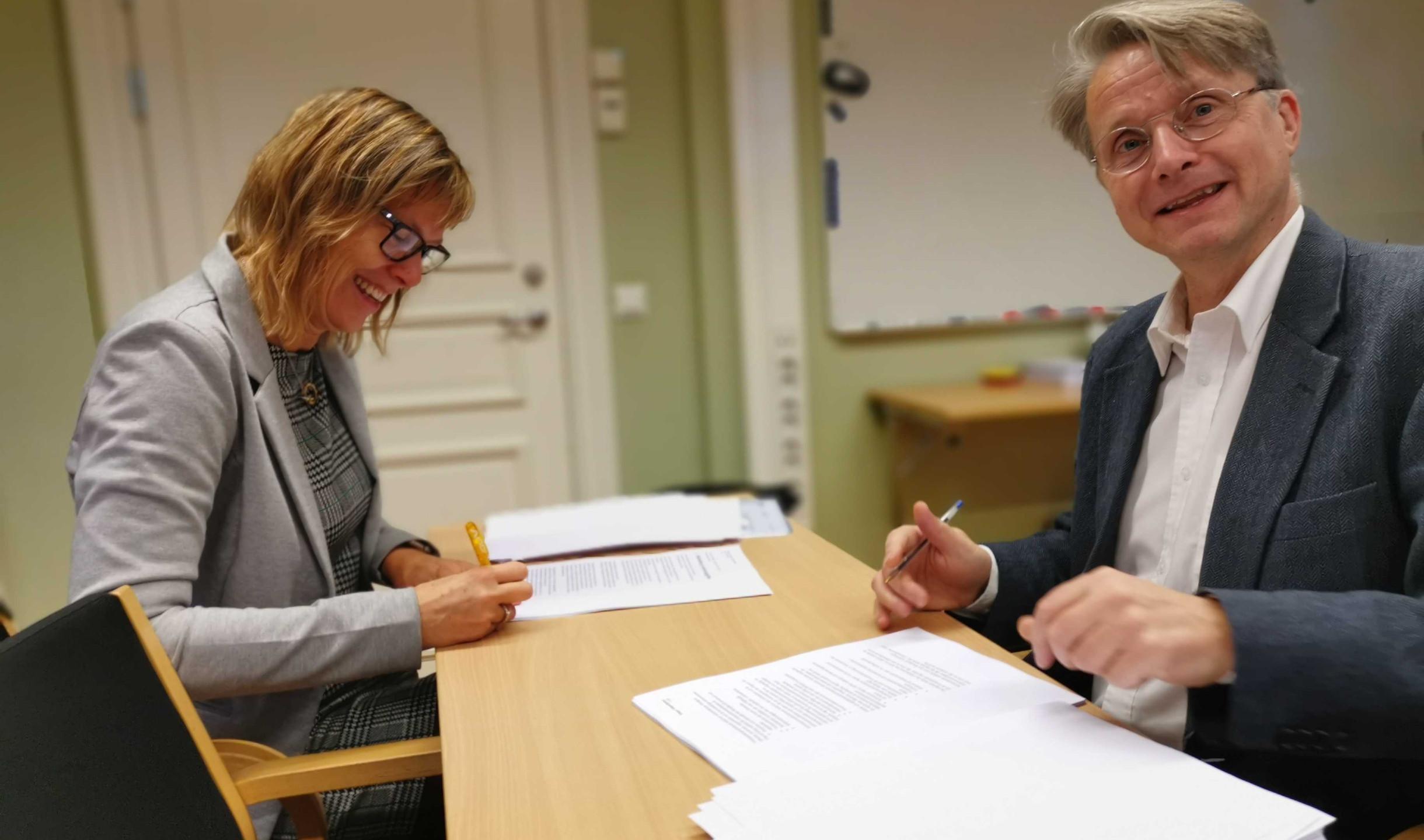 Katarina Pihl, VD på Joliv och Stockholms Stads upphandlare Henrik Giertz, skriver kontrakt.