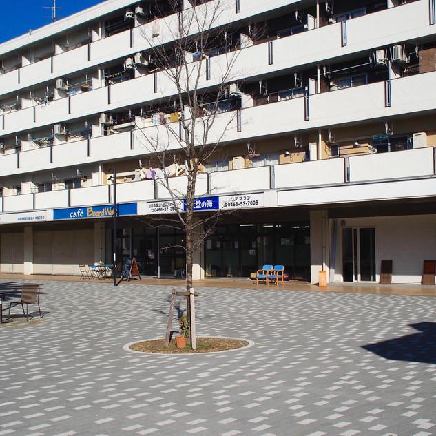 辻堂団地商店街広場に面しています。