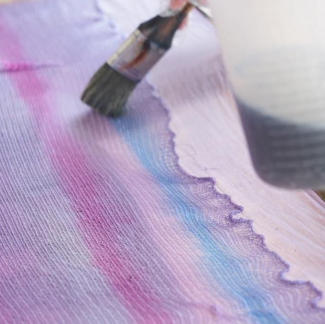 一度メリアスに編んだシルク糸をパネル染め