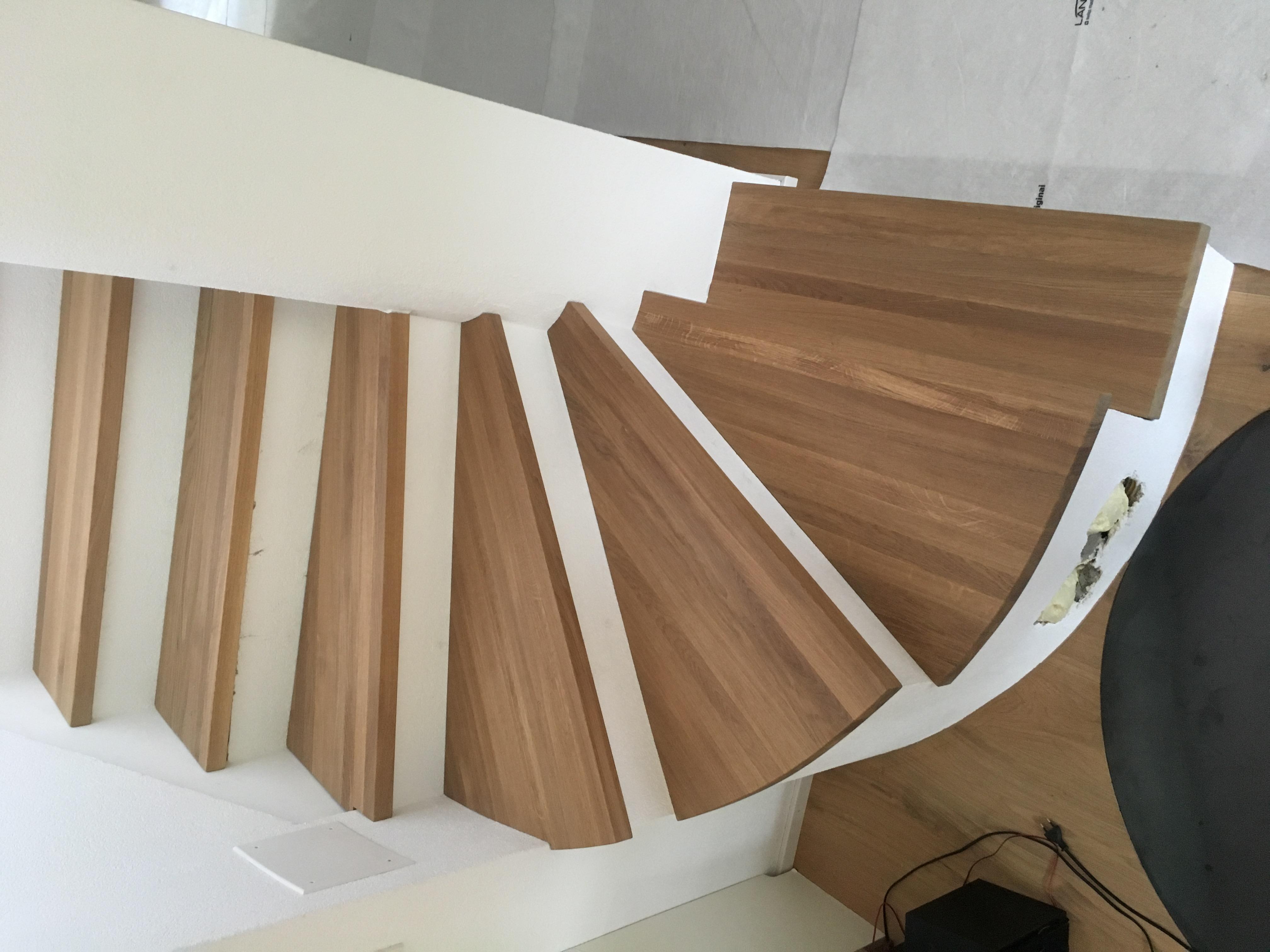 Marches en bois sur escalier béton