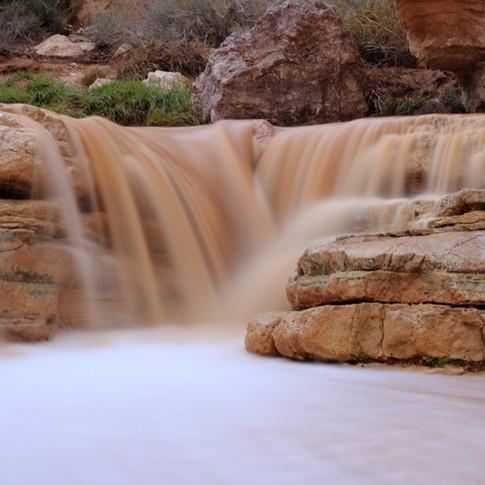 Rio entre rochas